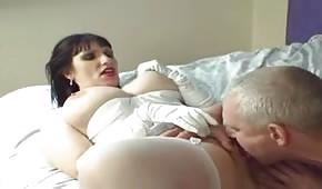 Siwy facet liże jej muszelkę