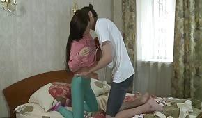 Seks ze zgrabną brunetką w sypialni