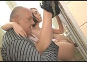 Młoda zabawia się z dziadziusiem w toalecie