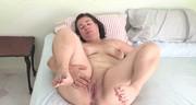 Pulchna brunetka w sypialni