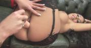 Cycata brunetka pieści cipkę koleżanki seks zabawką