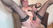 Ruda mama z czarnym wibratorem