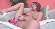 Kusząca brunetka pieści się różową seks zabawką