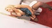 Cycata blondi targa kutasa w toalecie
