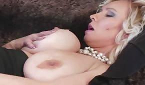 Elegancka porno mamusia pieści swą szpareczkę