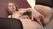 Seksowna Magda daje sobie z palca