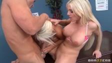 Dwie blond laski fajnie się z nim zabawiają