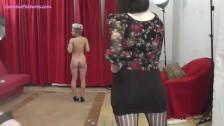 Mamuśka robi striptiz w szpilczkach