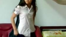 Szczupłą Azjatka przebiera sie w pokoju
