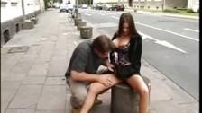 Zabawia się z nią na ulicy