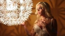 Blond Britney masuje się po cycach