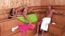 Zabawiają się przed nim w saunie