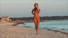 Słodziutka panna na plaży