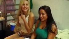 Blondyna i jej krągła przyjaciółka