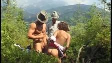 Niebiecka babeczka lubi seks w górach