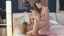 Słodkie lesby relaksują się w sypialni