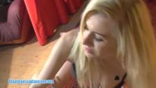 Dobrze ruszająca się blondyna