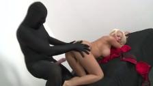 Facet w czerni rucha mamuśkę