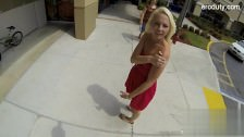 Młoda w sukience