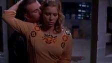 Jessica Biel jest całowana po szyi