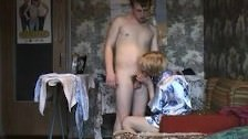 Rosyjska mamuśka liże penisa bladego faceta