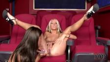 Liże ją po piczy w kinie