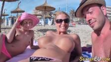 Niemieckie laski są pieszczone na plaży