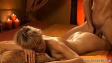 Seks ze śliską laseczką przy świecach