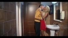 Zabiera się za blondynkę w łazience