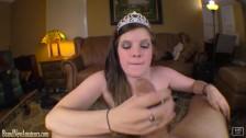 Osiemnastoletnia księżniczka z penisem w dłoni