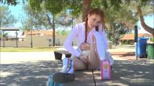 Ruda suczka pieści swoją cipkę na dworze