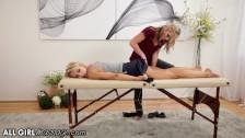 Wylizała jej dupcię na stole do masażu