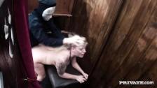 Zamaskowany chłop zapina blondynkę