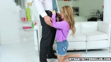 Młoda laska pada na kolana przed szefem