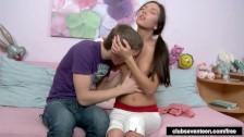 Młody całuje kuszącą babeczkę po piersiach