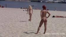 Fajne dupeczki na piaszczystej plaży