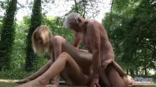 Dziadek posuwa dwie młode laseczki