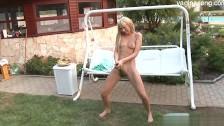 Mała blondi liże jąderka w ogrodzie