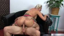 Seks z mega blondi na fotelu