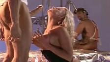Spuszcza się na twarz blondyneczki