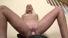 Seksowna blond laseczka na seks maszynie