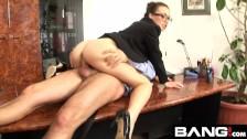 Gorąca okularnica ujeżdża go na biurku podczas pracy