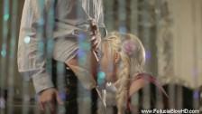 Piękna blondyneczka obrabia mu kutasa