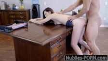 Seks na biurku z małą laseczką