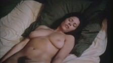 Patricia Rhomberg ujeżdża go na łóżku