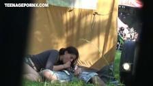 Posuwa laskę za namiotem