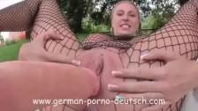 Wkłada jej dużego dildo w cipeczkę