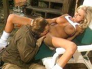 Retro blond laska rozkłada nogi na leżaku