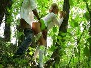 Uczennica pchana w lesie