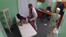 Pan doktor robi dokładne badanie jej waginy